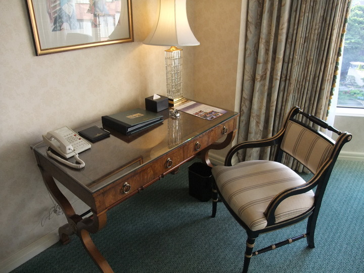 【スーペリアキングルーム / ガーデンビュー】部屋の机と椅子