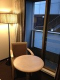 椅子&テーブルとカッコいいランプ