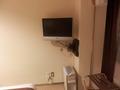 壁に据え付けられたテレビ