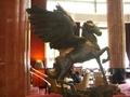 1階ロビーで飛翔する馬