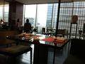 窓からは東京駅とオフィスビル