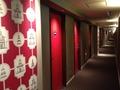 部屋のドアが真っ赤です