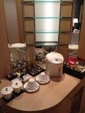 部屋の各種グラスとティーセット