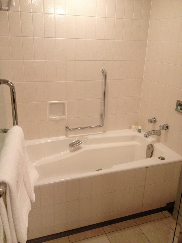 お風呂の浴槽は広めです ...