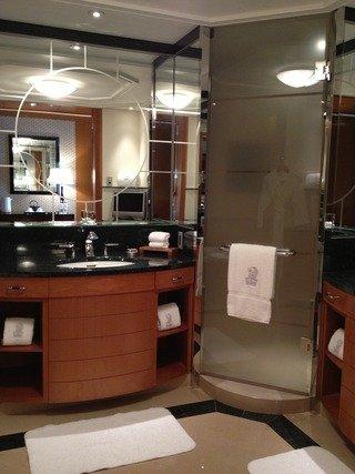 バスルームの洗面台が2つあります
