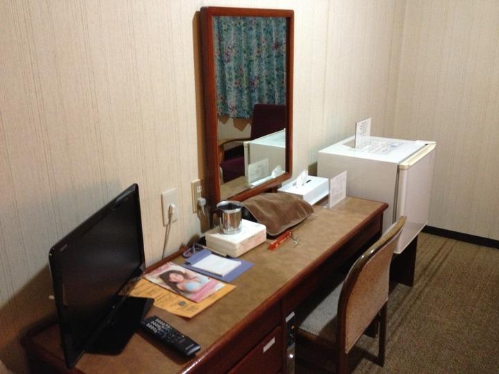 部屋のデスクとテレビ・冷蔵庫