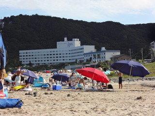 海から見たホテル