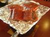 魚をテーブルで焼きます。