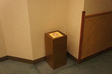 エレベーター前では