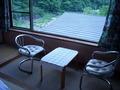 椅子に座って外を眺められます