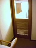 喫煙コーナーと部屋の間の扉