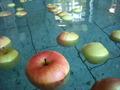 りんごが浮かぶ