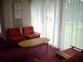 廊下の椅子とテーブル