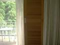 カーテンと木製の戸