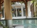 露天風呂から大浴場を見ると