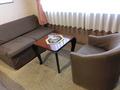 部屋のソファーとテーブル
