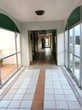 ホテル棟1階のエレベーター前の通路