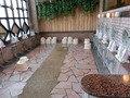 椰子の木陰の露天風呂の内湯洗い場全体