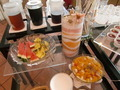 カジュアルカフェのドリンク&フルーツコーナー