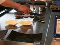 ホタテの貝柱と春野菜を焼く様子