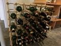 鉄板焼「八景」の店の入り口のワインの展示