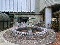 正面玄関横の噴水&カフェテラス