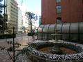 正面玄関前の噴水と横浜駅西口周辺の町並み