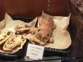 ホテル名物のパン「ソーセージザウルス」