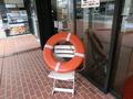 玄関前の浮き輪の飾り