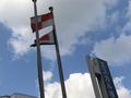 ホテルの玄関前に掲げられた旗