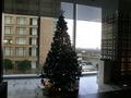 ホテルのロビーフロアのクリスマスツリー