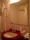 おしゃれな赤いバスルーム