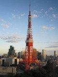 朝焼けに照らされた東京タワー