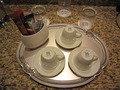 カウンターに置かれたカップ、お茶セットなど