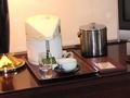 サイドテーブルに置かれたお茶セットなど