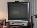 サイドテーブルに置かれたテレビ