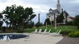 ドイツのお城を見ながらプールで泳げます!