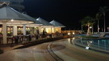 夜のプール前も綺麗です。