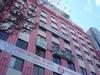 赤い外観が目印のホテルエコノ名古屋栄