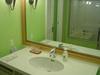 日航アリビラの大きな鏡の洗面台