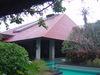 三角屋根が印象的な管理棟