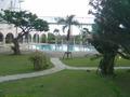 庭の奥にリゾートプール