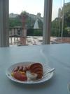 庭園を眺めながらの朝食を