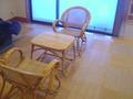 椅子とテーブルの待合室