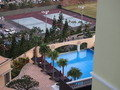 部屋から見たプールとテニスコート