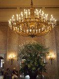 新館ロビーのお花とシャンデリア