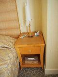 右側ベッドのサイドテーブル