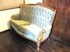 和洋室「さくら」の和室入口にあるソファです。