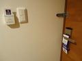 客室のドアとカードキー