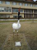 中庭の鶴のオブジェ